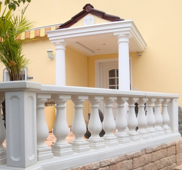Balustrade Art.Typ04 mit Säulen und Vordach